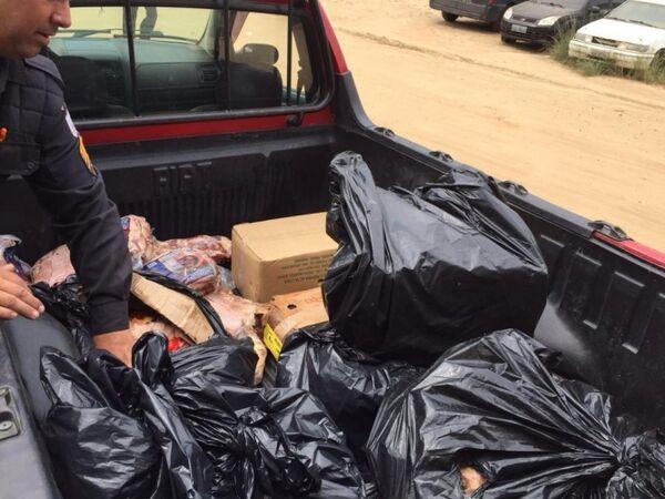 Três homens presos em flagrante furtando grande quantidade de carne e frango