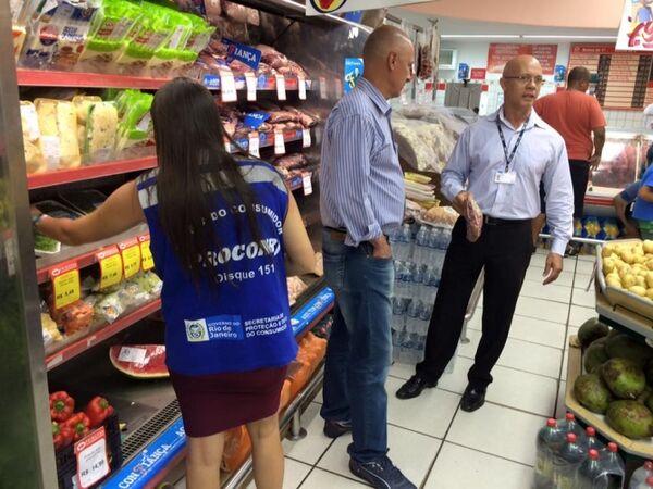 Procon Estadual encontra produtos impróprios em supermercados de Arraial