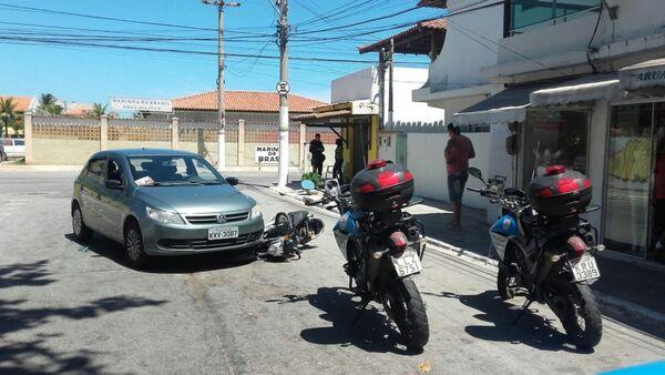 Carro invade pista na contramão e atropela motoqueiro