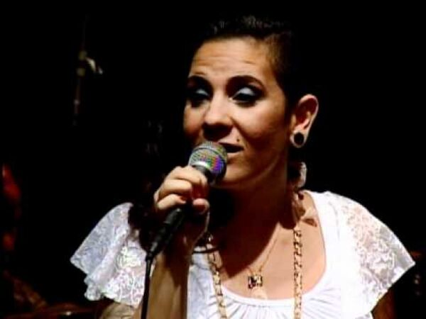 Juliana Feliciano canta no happy hour do Shopping Park Lagos