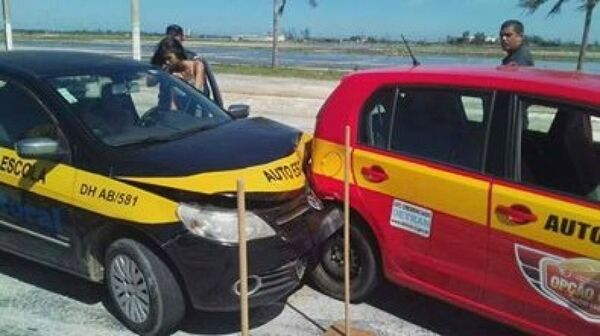 Aluna desacompanhada de auto escola bate em outro carro
