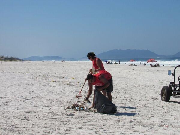 Mutirão de moradores limpa Praia de Figueira