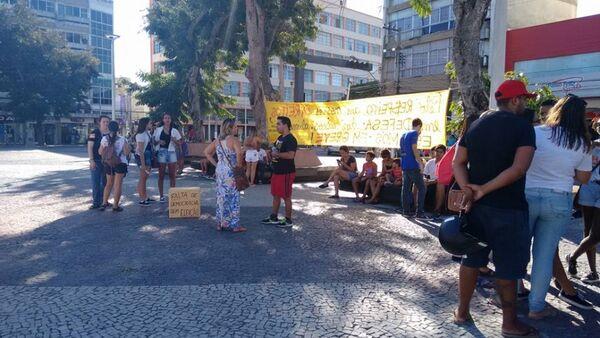 Professores e alunos da rede estadual protestam na Praça Porto Rocha
