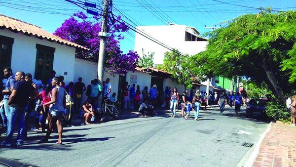 Enormes filas marcam último dia para tirar título de eleitor