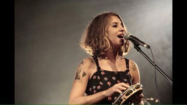 Júlia Vargas se apresenta no Castelinho do Peró nesta sexta (13)