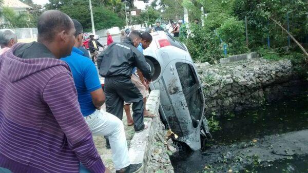Motorista perde direção e carro cai em canal próximo ao Shopping Park Lagos