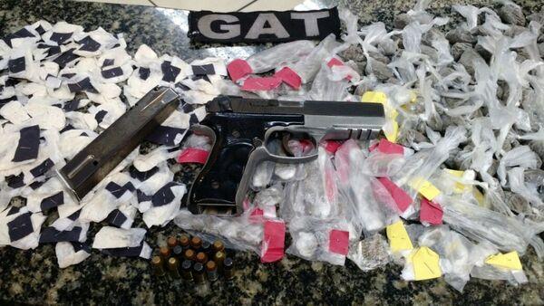 Polícia prende quatro com drogas e arma em Unamar