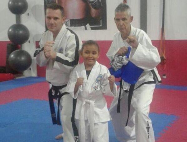 Taekwondo ajuda menina de 7 anos com deficiência visual a enxergar o mundo