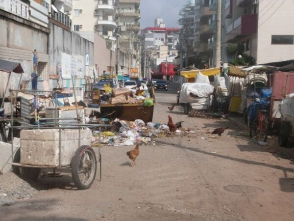 Comunidade do Buraco do Boi, em Cabo Frio, sofre com bueiros entupidos, lixo pelas ruas e infestação de ratos