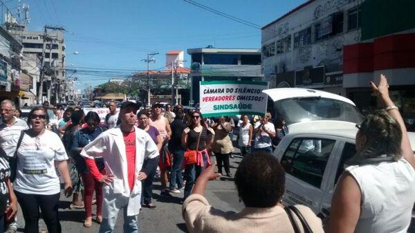 Protesto de servidores fecha Avenida Teixeira e Souza, no centro de Cabo Frio