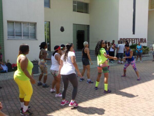 Professores de Educação Física fazem 'protesto dançante' em frente da Prefeitura