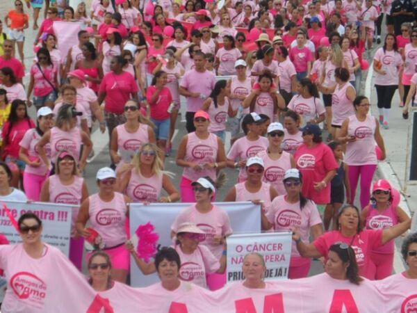 Amigas da Mama promove Caminhada Rosa na Praia do Forte