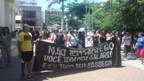 Servidores da Educação e da Saúde protestam pelas ruas da cidade