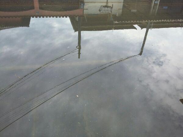 Chuva desta madrugada volta a alagar ruas e casas em Cabo Frio
