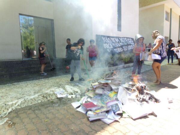 Servidores lavam escadas e queimam livros em protesto na Prefeitura