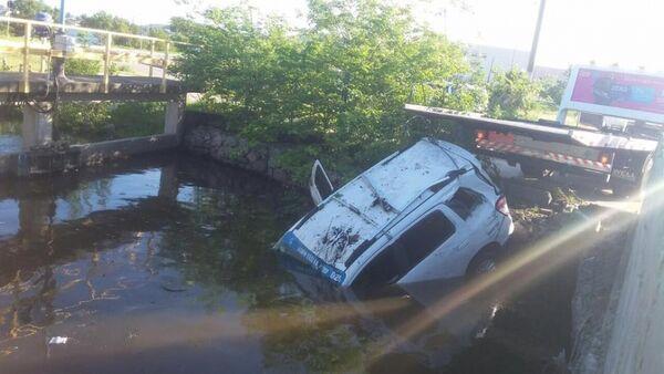 Taxista leva fechada de outro carro e cai em Estação de Tratamento de Esgoto