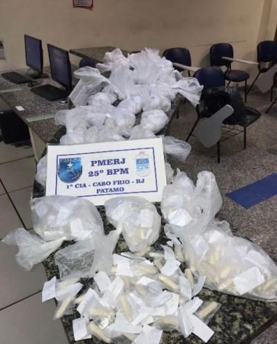 PM apreende mais de mil cápsulas de cocaína em Cabo Frio