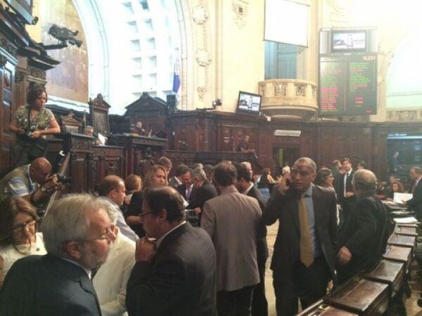Por 41 votos a 28, Alerj aprova privatização da Cedae