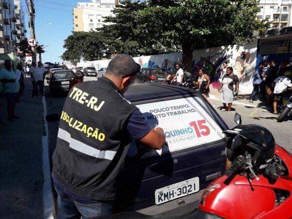 Veículo é autuado por fiscais do TRE em frente à seção de votação