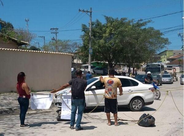 Moradores protestam por causa das más condições da Estrada do Alecrim
