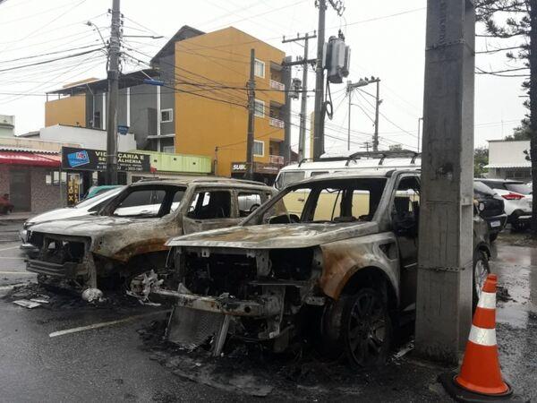 Tensão em Cabo Frio: criminosos ateiam fogo em carro na frente de delegacia e impõem novo toque de recolher