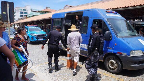 Operação para coibir a venda ilegal de passeios de barco e flanelinhas leva 26 para delegacia, em Arraial
