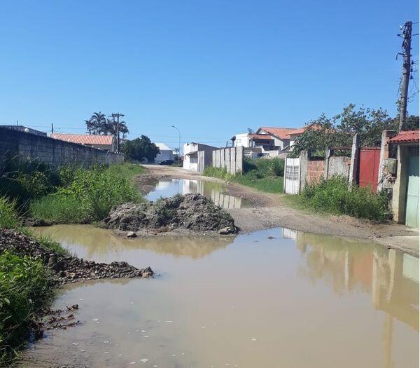 Moradores de Praia Linda reclamam dos constantes alagamentos