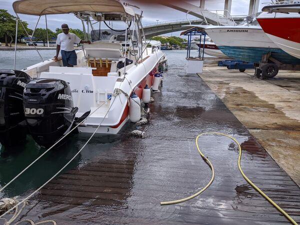 Ressaca transborda Canal do Itajurú e chega até os jardins do Costa Azul Iate Clube
