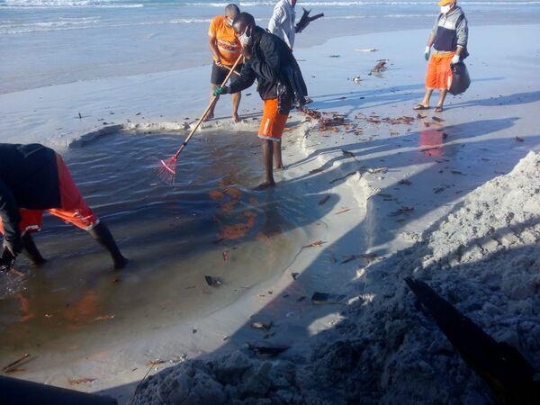 Cabo Frio finaliza retirada de embarcação encalhada na Praia do Forte