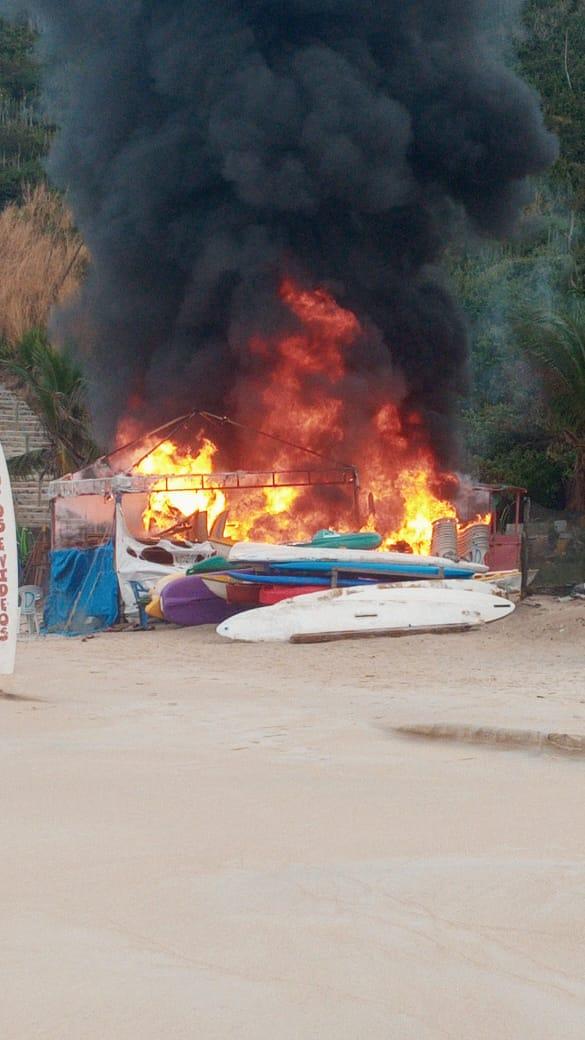 Guarda Marítima Ambiental controla incêndio em barraca na Praia do Forno