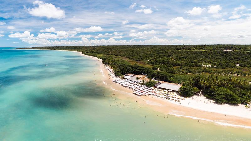 As praias tranquilas e de águas claras chamam a atenção por todo o litoral de Porto Seguro.