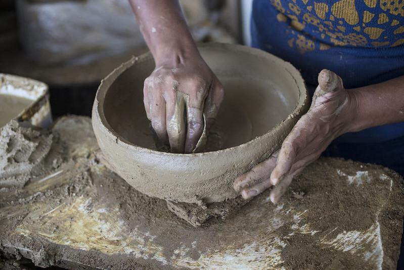 A produção das panelas de barro é tradicional em Vitória