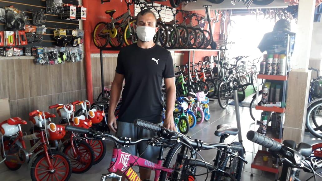 Gerente de cicle em Cabo Frio, Pablo Gomes afirma que procura por compra e reparo de bicicletes aumentou nos últimos tempos.
