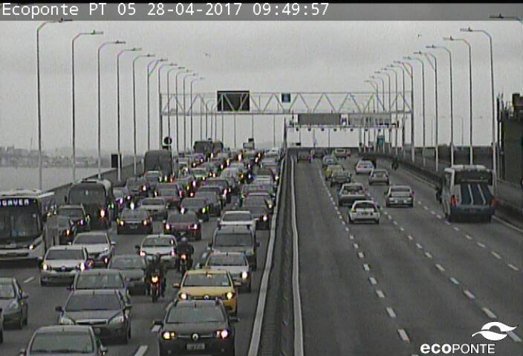 Manifestantes liberam Ponte Rio-Niterói após interdição