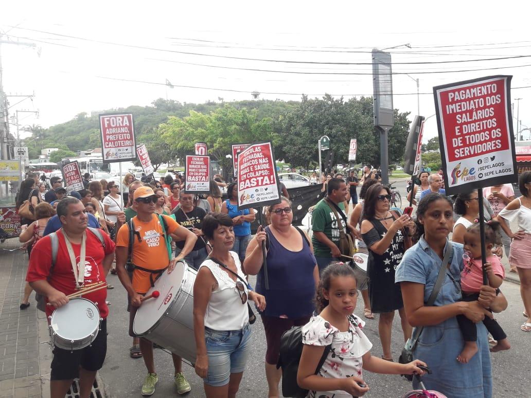 Servidores protestaram por causa de sal´rios atrasados nesta tarde